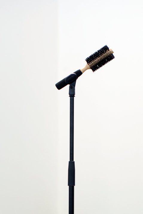 Ceal Floyer, Solo (Edition of 3 plus 2 artist's proofs), 2006  Microphone stand, hairbrush, 150 x 50 x 50 cm  Photo © Nick Ash. Courtesy by the Artist and Esther Schipper