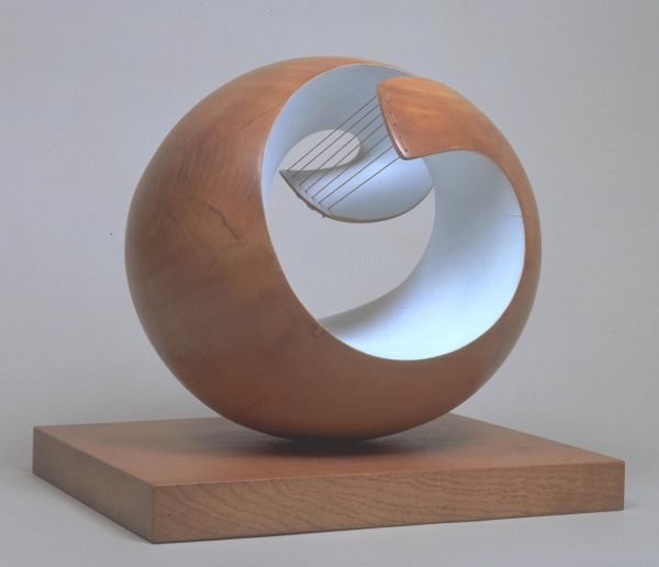 Barbara Hepworth, Pelagos (1946) Elm and strings on oak © Bowness