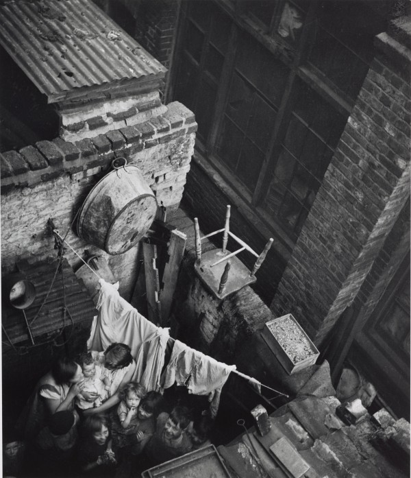 Edith Tudor-Hart. Gee Street, Finsbury, London, ca. 1936 © Edith Tudor-Hart / National Galleries of Scotland
