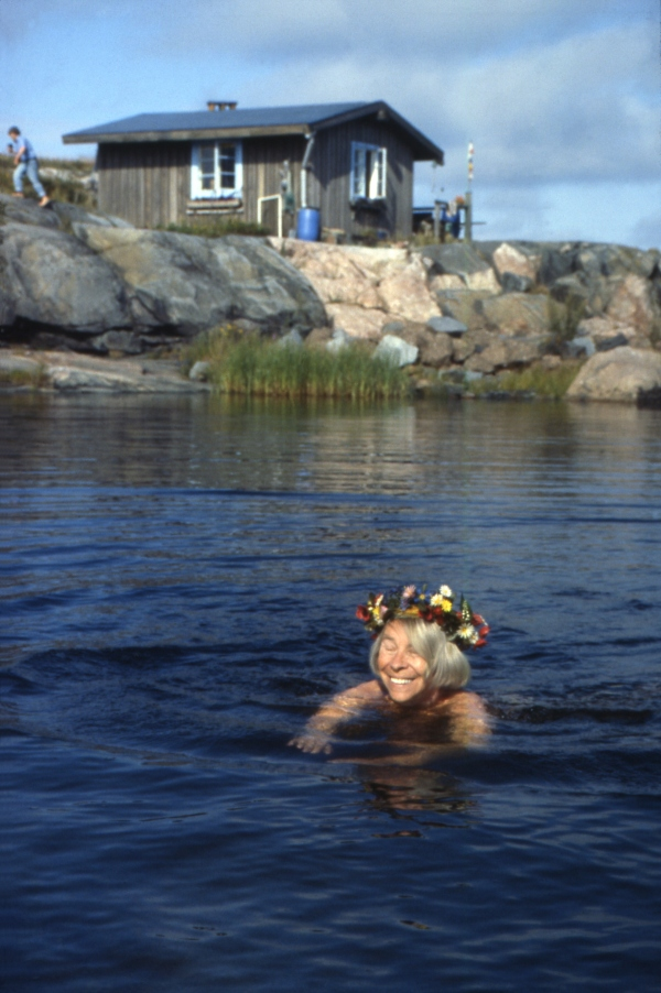 Tove Jansson swimming ©Per Olov Jansson