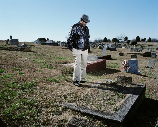 David Baker at his borther Terry's grave, Edgemont Cemetery, West Anniston, Alabama, 2012 © Mathieu Asselin. Courtesy of the artist
