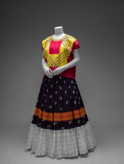 Cotton huipil with machine-embroidered chain stitch; printed cotton skirt with embroidery and holaün (ruffle) Museo Frida Kahlo