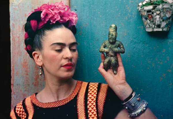 Frida Kahlo with Olmec figurine (1939) by Nickolas Muray © Nickolas Muray Photo Archives
