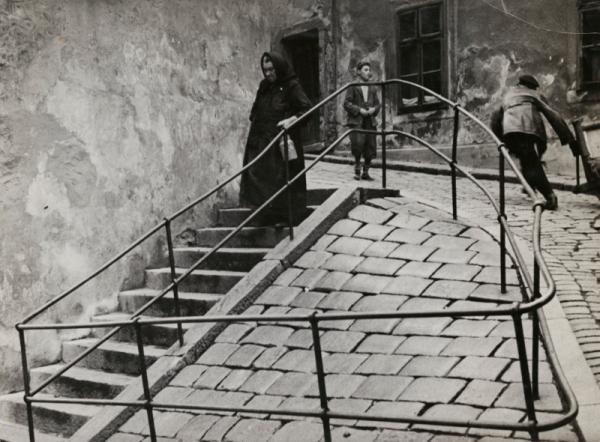 Inside the Jewish quarter, Bratislava (c. 1935–38) by Roman Vishniac © Mara Vishniac Kohn