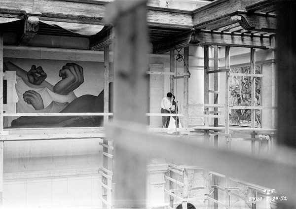 Diego Rivera having a cheeky snog with Frida Kahlo on the scaffold inside the Detroit Institute of Arts (1933)