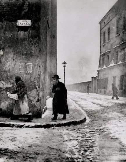 Isaac Street, Kazimierz, Cracow (1935-7) by Roman Vishniac © Mara Vishniac Kohn