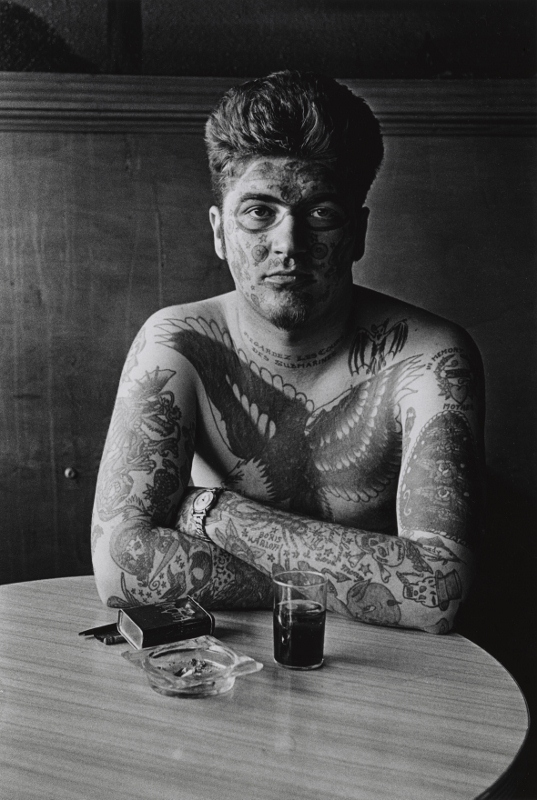 Jack Dracula at a bar, New London, Connecticut (1961) Courtesy The Metropolitan Museum of Art, New York © The Estate of Diane Arbus, LLC. All Rights Reserved