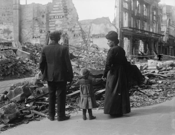 A refugee family returning to Amiens, 17 September 1918 © IWM (Q 11341)